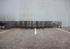 Промышленные железные вагонетки на месте для стоянки с белыми нашивками Стоковые Изображения