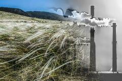 Промышленные печные трубы фабрики на предпосылке ландшафта горы стоковая фотография rf