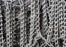 Промышленные серые цепи вися на тележке стоковая фотография rf