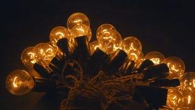 Промышленные электрические лампочки Свет электричества на таблице Стоковые Фотографии RF