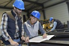 Промышленные люди встречая и обсуждая продукцию Стоковое Изображение RF