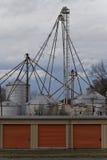 Промышленные ящики с оранжевыми сараями хранения вертикально Стоковая Фотография RF