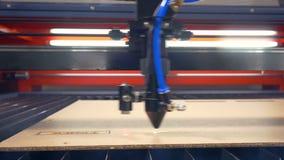 промышленный лазер Горящ и высекающ машину на работе сток-видео