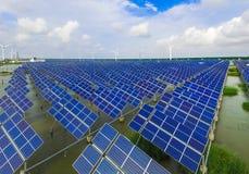 Промышленный ландшафт с различными энергетическими ресурсами развитие устойчивое стоковая фотография