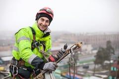 Промышленный альпинист на конструкции металла стоковое фото