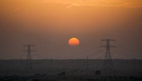 Промышленный заход солнца в пустыне Дубай Стоковые Фотографии RF