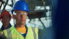 Промышленный инженер и работник обсуждая в фабрике Конец-вверх сток-видео