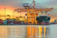 Промышленный корабль перевозки груза контейнера с работая краном Стоковые Фотографии RF