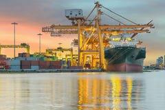 Промышленный корабль перевозки груза контейнера с работая bridg крана Стоковые Фотографии RF