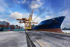 Промышленный корабль перевозки груза контейнера с работая bridg крана Стоковые Изображения