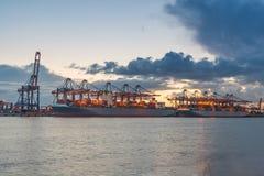Промышленный корабль перевозки груза контейнера с работая bridg крана Стоковая Фотография