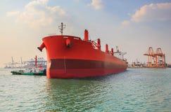 Промышленный корабль топливозаправщика причаливая к логистическому порту индустрии Стоковые Изображения