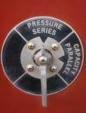 Промышленный крупный план искусства черноты и напорный клапан серебра на красной предпосылке Стоковое Изображение RF