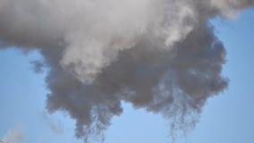 Промышленный курит предпосылку голубого неба акции видеоматериалы