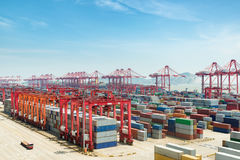 Промышленный порт с контейнерами, por Шанхая Yangshan глубоководное стоковое изображение rf