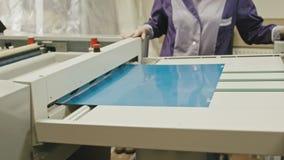 Промышленный процесс печати - работник контролирует процесс печати, конец вверх видеоматериал