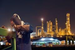 Промышленный работник заварки на нефтехимическом заводе Стоковые Фото