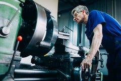 Промышленный работник металла работая на компонентах металла в фабрике стоковые изображения rf