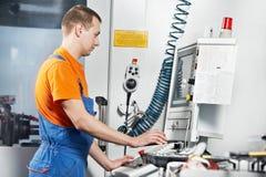 Промышленный работник на мастерской инструмента Стоковые Фотографии RF