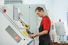 Промышленный работник на мастерской инструмента Стоковое фото RF