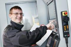 Промышленный работник на мастерской инструмента Стоковая Фотография