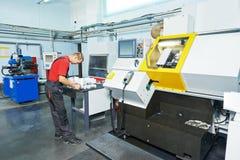 Промышленный работник на мастерской инструмента Стоковое Изображение RF