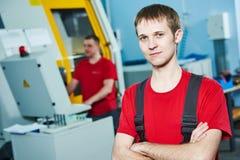 Промышленный работник на мастерской инструмента Стоковое Фото