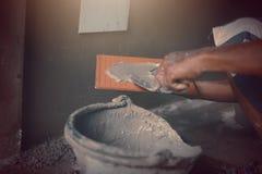 Промышленный работник построителя tiler восстанавливает стену Стоковое Фото