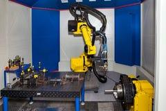 Промышленный робот для выполнять, применения распределять, материал-регулировать и упаковки стоковая фотография