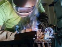 Промышленный стальной сварщик в деятельности фабрики Стоковые Изображения