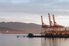 Промышленный стержень груза на зоре, гавань Ванкувера, ДО РОЖДЕСТВА ХРИСТОВА, Канада Стоковая Фотография