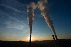 Промышленный стог дыма на заходе солнца Стоковое Изображение