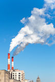Промышленный стог дыма электростанции угля в городе Стоковое Изображение