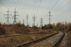 Промышленный туманный ландшафт - старая покинутая индустриальная зона в лесе осени Стоковое Изображение