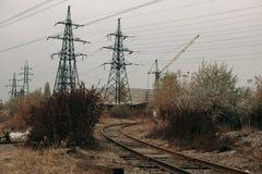 Промышленный туманный ландшафт - старая покинутая индустриальная зона в лесе осени Стоковое Фото