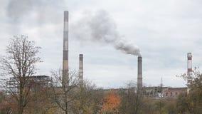 Промышленный дым от камеры электростанции на треноге акции видеоматериалы