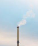 Промышленный дым печной трубы фабрики на загрязнении голубого неба Стоковое фото RF