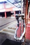 Промышленный экстерьер Metal ручка из трубы, отражая в дверях металла Стоковая Фотография RF
