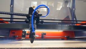 Промышленный engraver лазера в действии видеоматериал