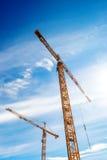 2 промышленных крана работая на строительной площадке Стоковая Фотография