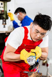 2 промышленных работника в азиатской фабрике металла Стоковое Изображение