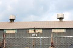 2 промышленных сброса крыши металла с пасмурным взглядом голубого неба Стоковые Фото