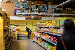 Проницательности во въетнамский супермаркет стоковые изображения
