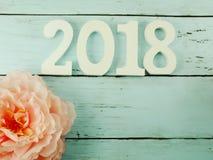 пронумеруйте деревянную материальную счастливую предпосылку Нового Года с украшением цветка стоковое фото rf