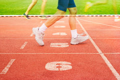 Пронумеруйте след майн и спортсмена бежать на майнах номера, двойную экспозицию Стоковая Фотография