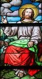 Проповедь на цветном стекле держателя стоковые изображения