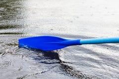 Прополощите лезвие в воде во время гребли на пруде Стоковая Фотография RF