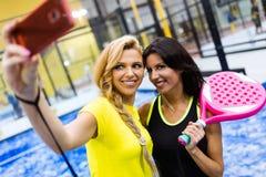 Прополощите команду тенниса принимая selfie перед спичкой Стоковые Фото