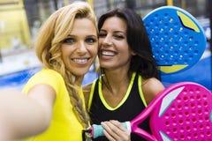 Прополощите команду тенниса принимая selfie перед спичкой Стоковое Фото