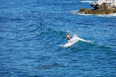 Прополощите пансионера занимаясь серфингом с парка Heisler, пляжа Laguna, Калифорнии Стоковое Изображение